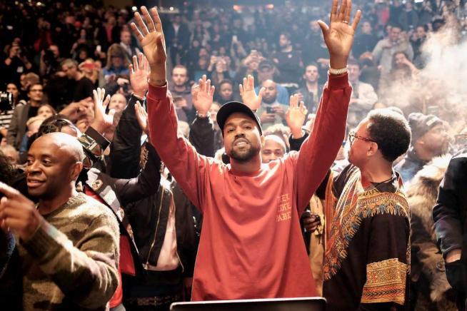 """Kanye West in crisi: """"Debiti per 53 milioni"""". """"Pregate per me, Zuckerberg aiutami tu"""""""